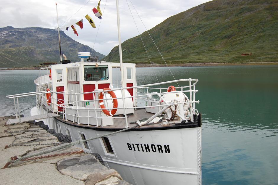 Båten Bitihorn går i rute på Bygdin. Anløp ved Eidsbugarden og kort vei opp til Fondsbu.