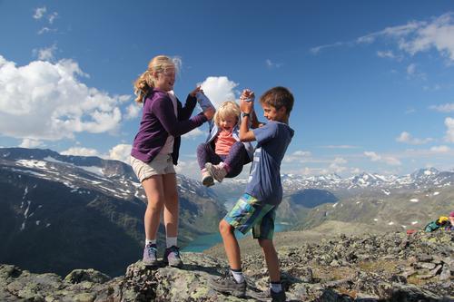 Søsknene Ingrid, Idunn og Jo leker seg på tur over Besseggen