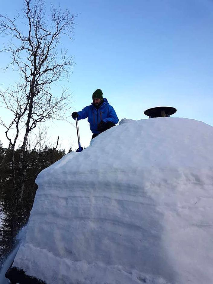 Rune Furuhatt gjør en innsats med snømøking fra taket.