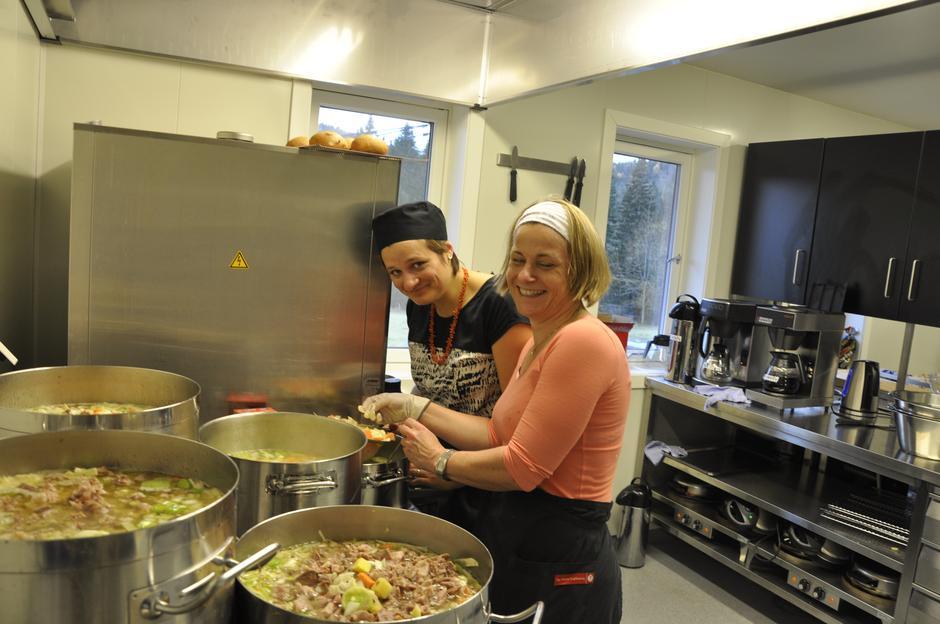 Margrethe og Karin var på kjøkkenet og lagde ganske mange liter høstsuppe!