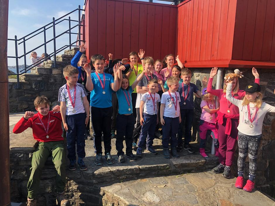 MEDALJE: Alle barn og ungdommer som er med på 3-fjellsturen får en spesiallaget medalje og velfortjent applaus.