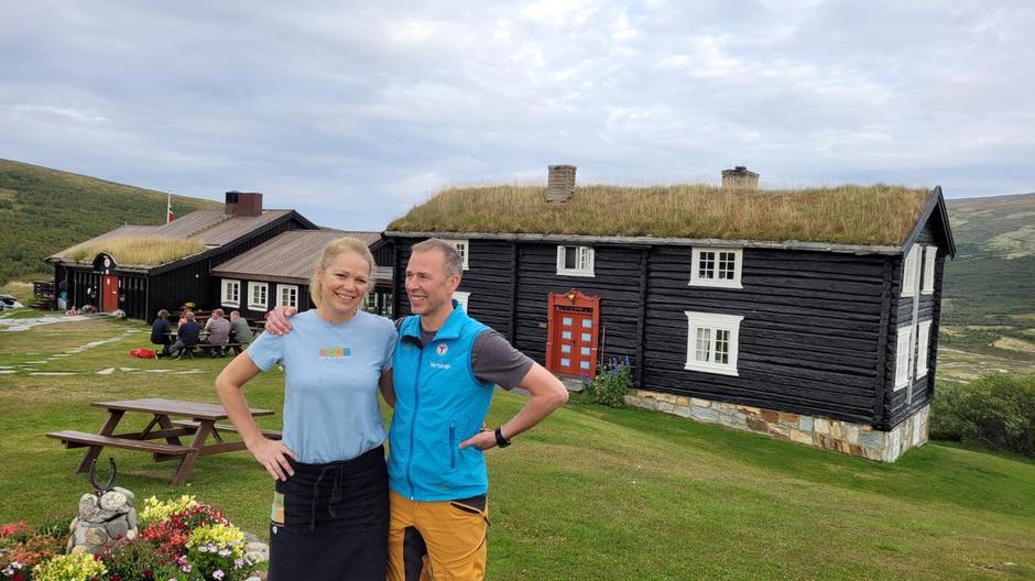 Vertskapet, Sonja og Rune, er godt fornøyde etter gourmetkvelden og besøket av Halvar Ellingsen.