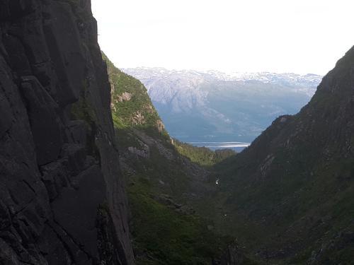 Utsikt mot fjorden frå høgt oppe i Roaldsdalen