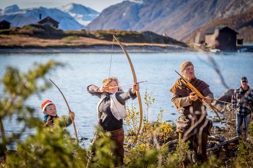 VERDENS STØRSTE LEKELAND: På Jutulcamp ved Gjendeosen lærer barna tradisjonshåndverk i skinn, bein og tre i inspirerende omgivelser.