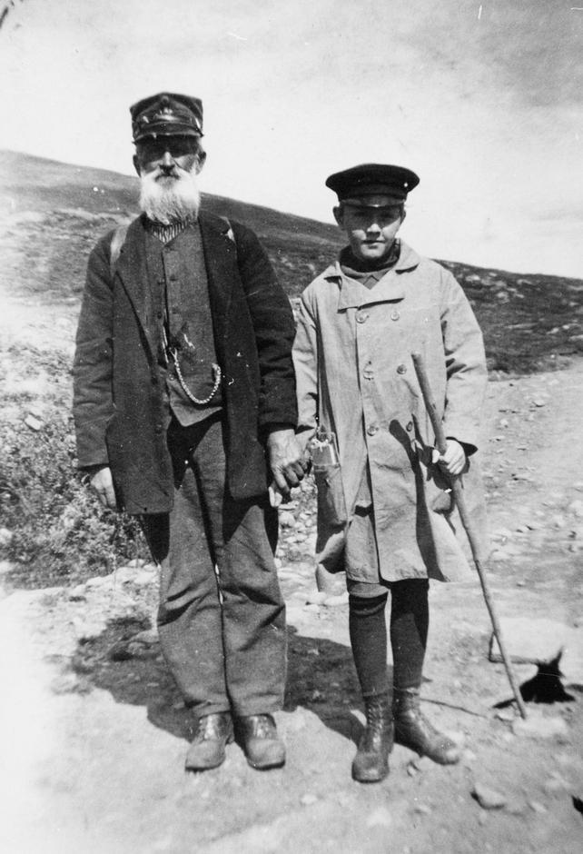 POSTEN SKAL FREM: Værbitte postbud var de første kjentmenn i Jotunheimen - i dag kan du følge de historiske tråkkene i følgen med guide.