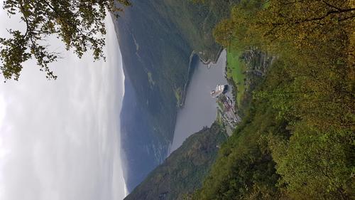 Utsikt med mot Flåm. Bratt og flott nedstigning