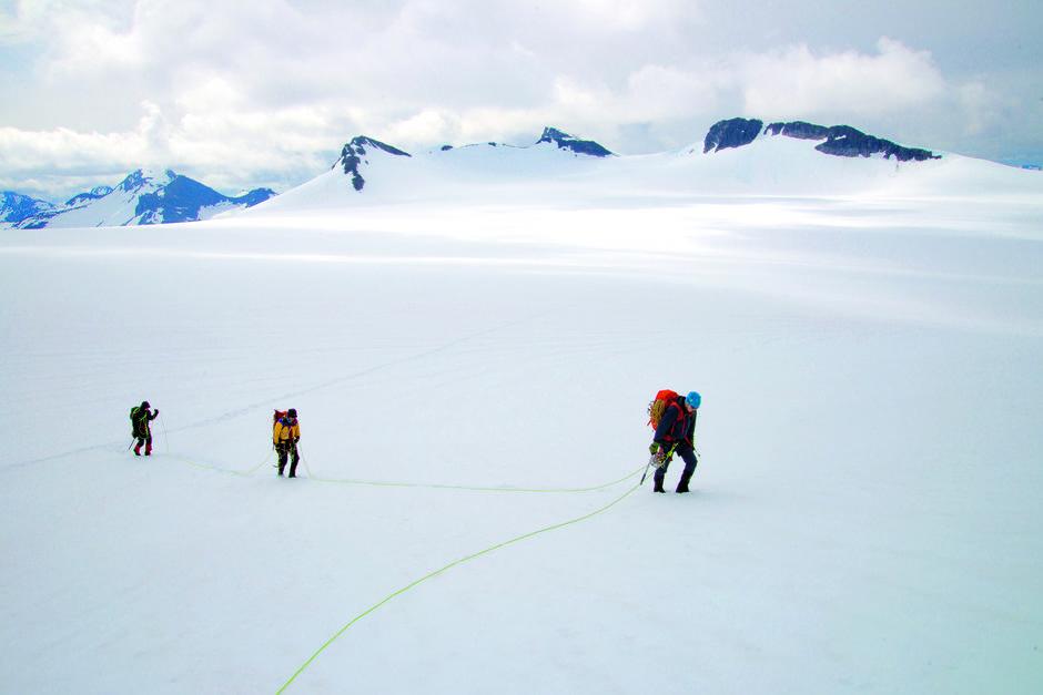 HOLD AVSTAND: Snøen ligger fortsatt tung på Bøverdalsbreen, men hva den skjuler vet ingen. Derfor skal en aldri legge ut over en bre uten tau og stor avstand mellom alle som er bundet inn.