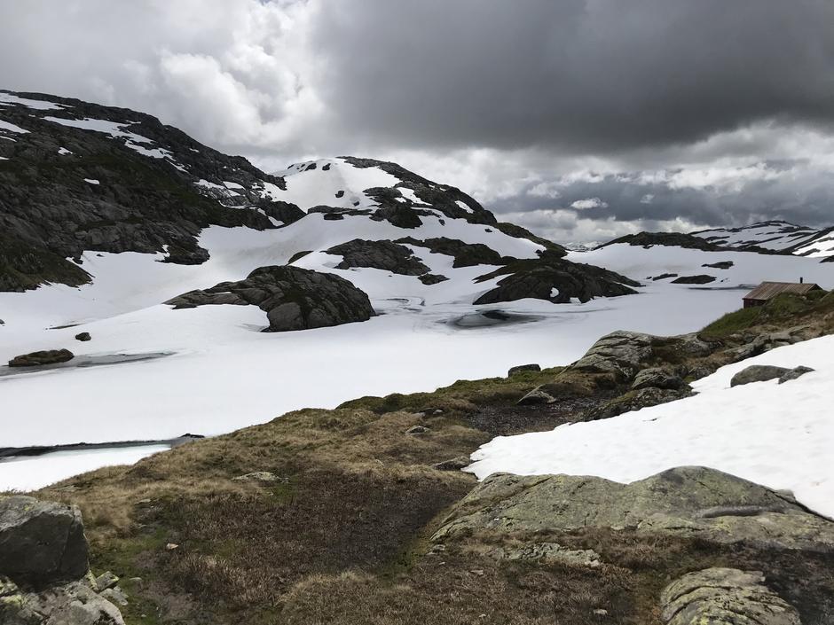 Onsdag 1.7: Utsyn fra Høgabu og rute mot Gullhorgabu og Kvitingen. En del snø. Men fin å gå på. Viktig å kunne navigere.