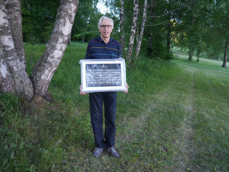 Bård Mostveit fra Historielaget har forært Bærum Turlag et bilde som skal henge på Svartvannshytta.