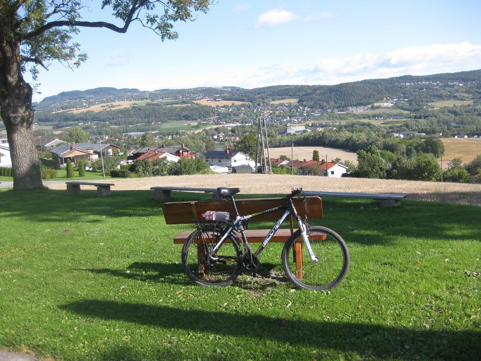 Ta gjerne en rast ved Frogner kirke når du er på sykkeltur i den delen av Lier og nyt den fine utsikten utover dalen.