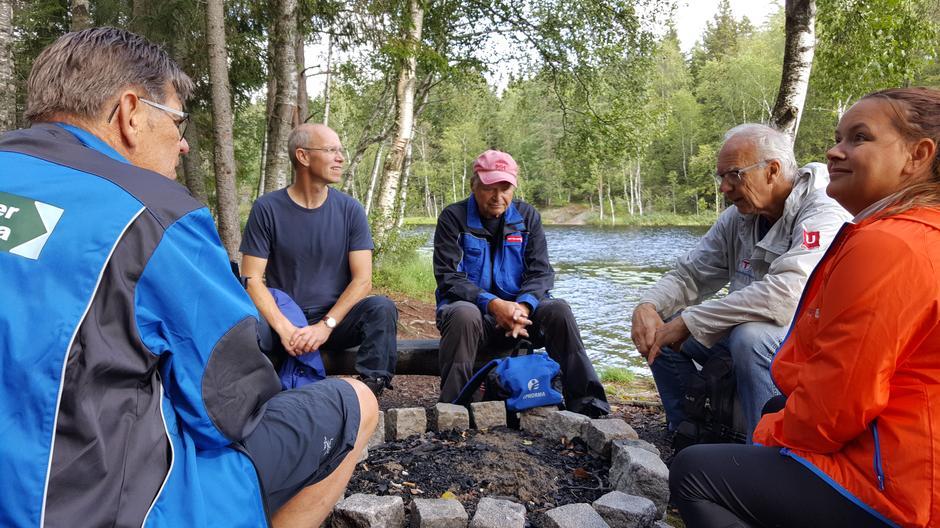 En rast ved bålplassen. F.v Arne Norum, Dag Olav Brækkan, Bjørn Michelsen, Reidar Lund og Gøril Danielsen.