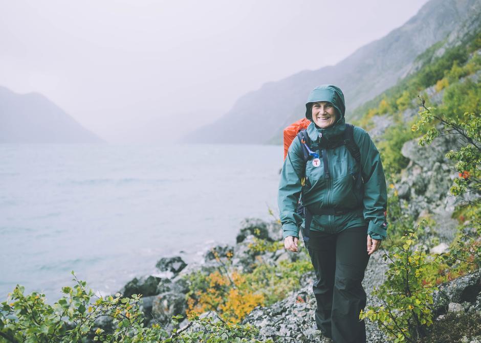 Turleder Kristine Stordal langs blomsterstien ved Gjende i Jotunheimen.