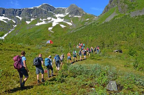 Frå Verdsarvturen, stien svingar seg opp lia til høgde 1200 meter.