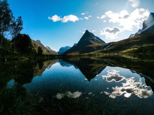 Dette er vakre Innerdalen i sunndal! Bildet tok jeg på september i år da vi gikk til Innerdalshytta som har blitt drevet av slekten min i all tid. Når solen skinner så mye som denne dagen så blir jeg litt ekstra varm om hjertet og en ekstra stolt innerdaling. Dette er uten tvil min favorittplass i Norge.