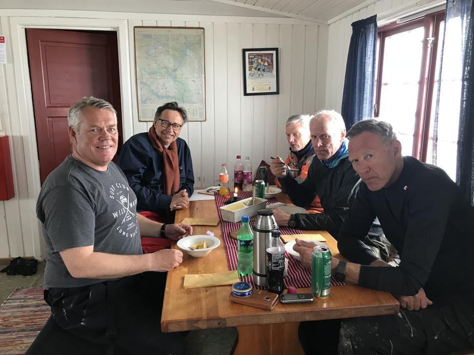 Fra venstre: Roy Bakke, Hovden Fjellstoge, Svein Hjorth-Olsen, styreleder Aust-Agder Turistforening sammen med dugnadsgjengen Dagfinn Myhren, Oddvar Vehusheia og Svein Sivertsen.