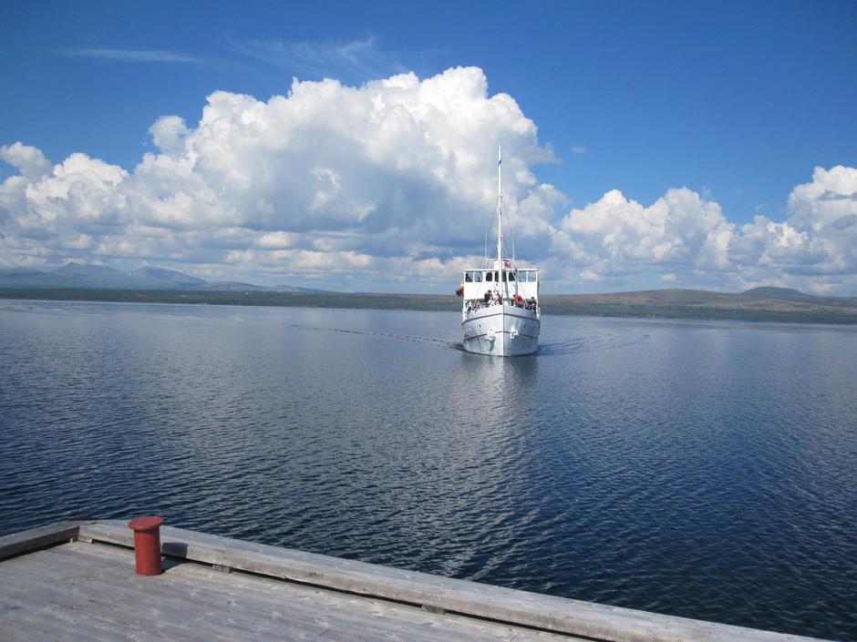 M/S Fæmund II øker variasjonene på fotturen eller fisketuren. Fantastisk å reise med denne båten. Letter adkomsten fra Røros.