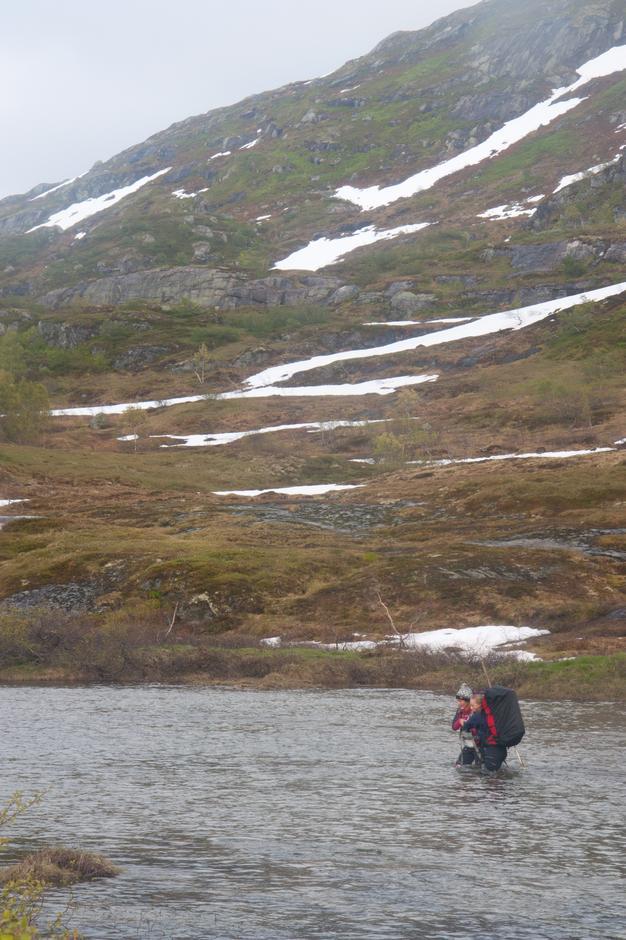 Hanna Eskeland og Nina S. Pettersen under en krevende elvekryssing.