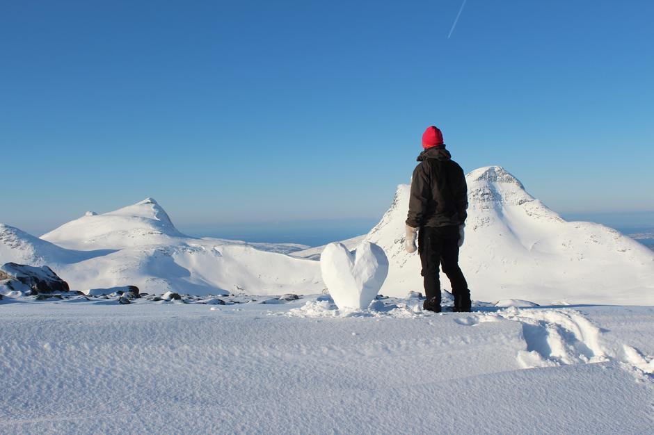 Bildet er tatt på fortoppen til  Lurfjelltinden i Bodø med selvutløser. Fjellet i bakgrunnen er deler av Børrvasstindan