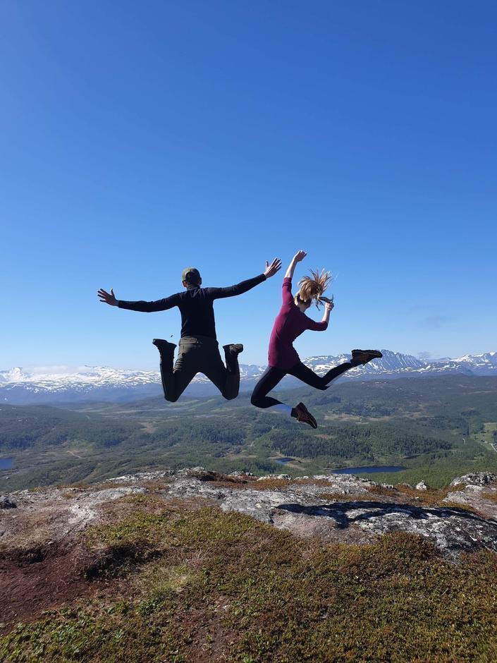 Hoppende glade ungdommer ønsker tur- og aktivitetsleder hjertelig velkommen