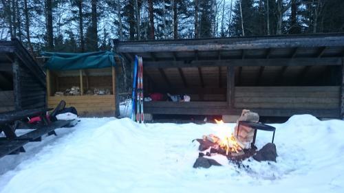 Gapahukene på Nedre Gupu ved vintertid. Om vinteren går vi inn i hovedhuset