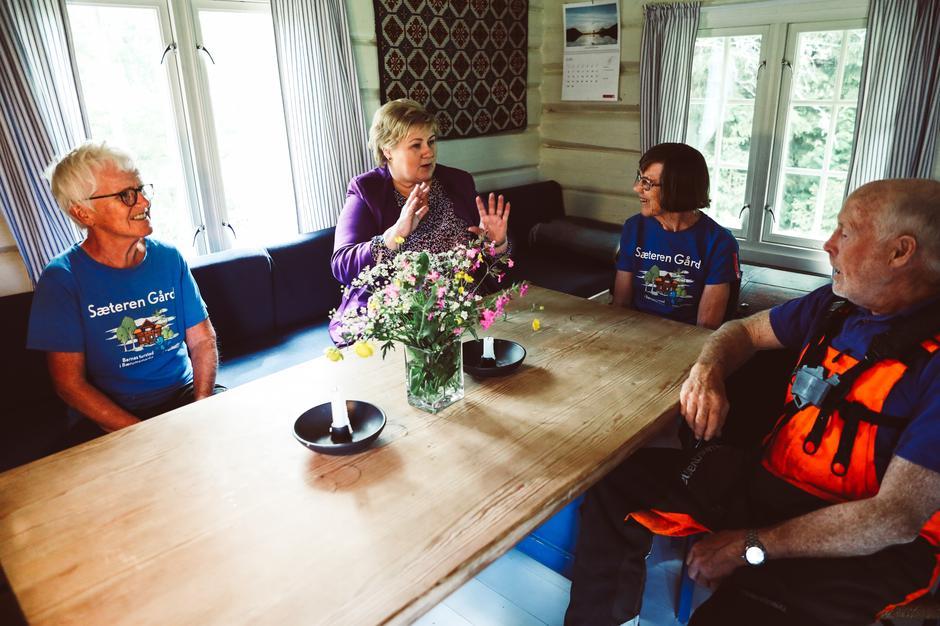 Dere gjør en uvurderlig innsats sa statsminister Erna Solberg til DNT sine frivillige. Fra venstre Kjersti Storm, Marit Karlsen og Ole Kristoffersen