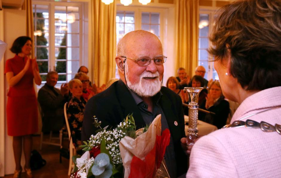 Einar Skage Andersen mottar Frivillighetsprisen 2016 av ordfører i Bærum, Lisbeth Hammer Krog.