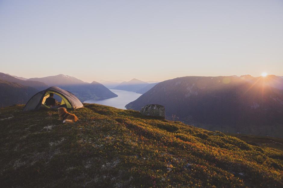 Et av de beste turminnene har Line Hårklau fra en tur der hun, samboeren og hunden Eik overnattet på toppen av fjellet Orkja i Jølster.