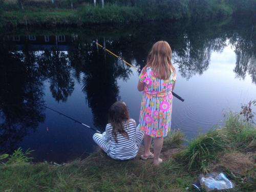 Gode venner fisker ved hytta