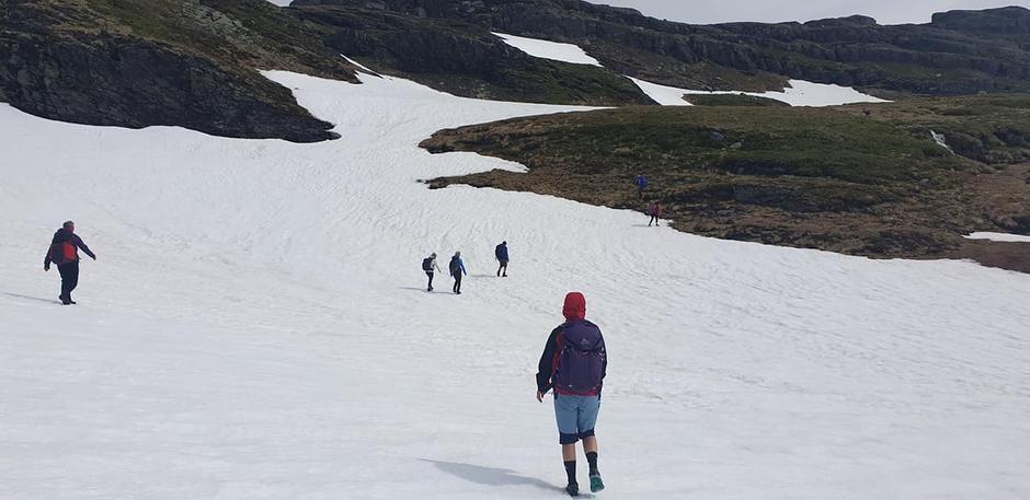 Melands Grønahei. Forhold for fottur men litt snø igjen enda.