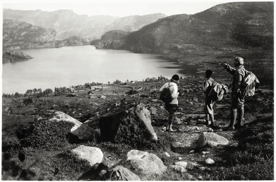 DEN GANG DA: Tidlige fjellvandrere på vei til Preikestolen - den veiløse Vatnegården ses nede ved Refsvatnet.