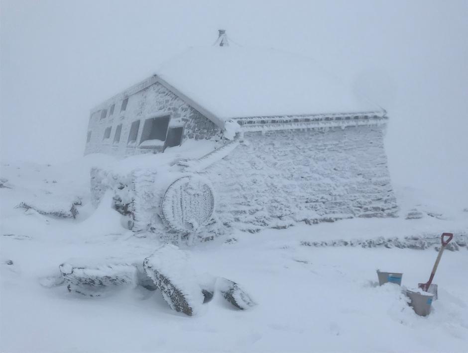 Tirsdag 25.8: Vinterlig på Skåla. Finvær på gang, så snøen forsvinner nok snart...