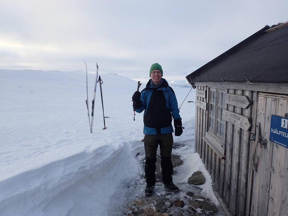 Egil, leder i dugnadsgruppa, er strålende fornøyd etter å ha fått strammet løse vaiere på Fiskåhøgda under andre rekognoseringstur.