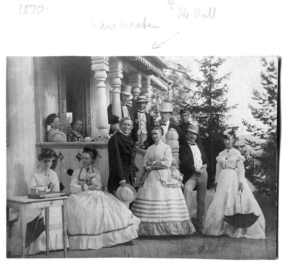 Gjestebud på Sarabråten i Østmarka i 1870. Denne gong med Ole Bull på besøk, fremst i bildet. Heftye står bak, midt i biletet med hatt.
