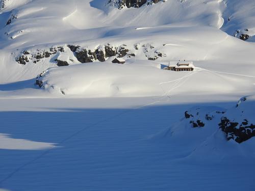 Sandvass hytta, bada i sol og rikeleg med snø.