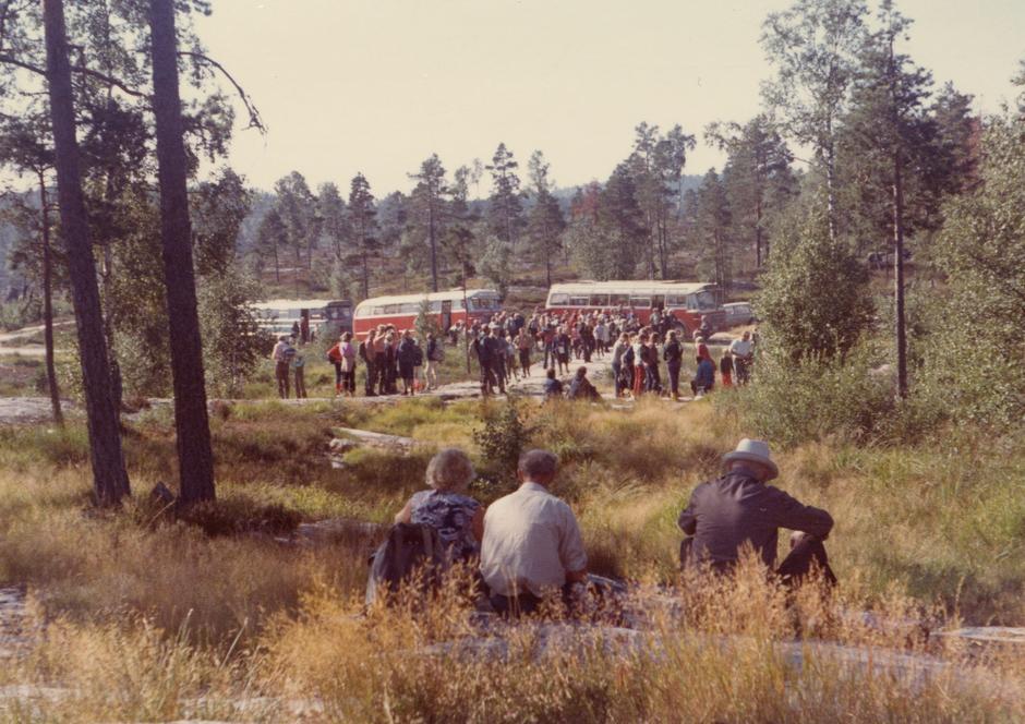 Åsbøruta og Auslandsbussane ved Spjotvasslia. Bispevegvandring med Gjerstad Historielag i 1973.