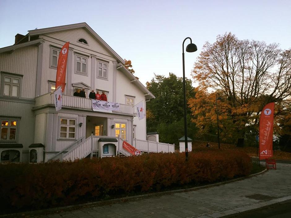 Rødekorshuset ligger 100 meter fra Sandvika bussterminal. Vi har booket festsalen.