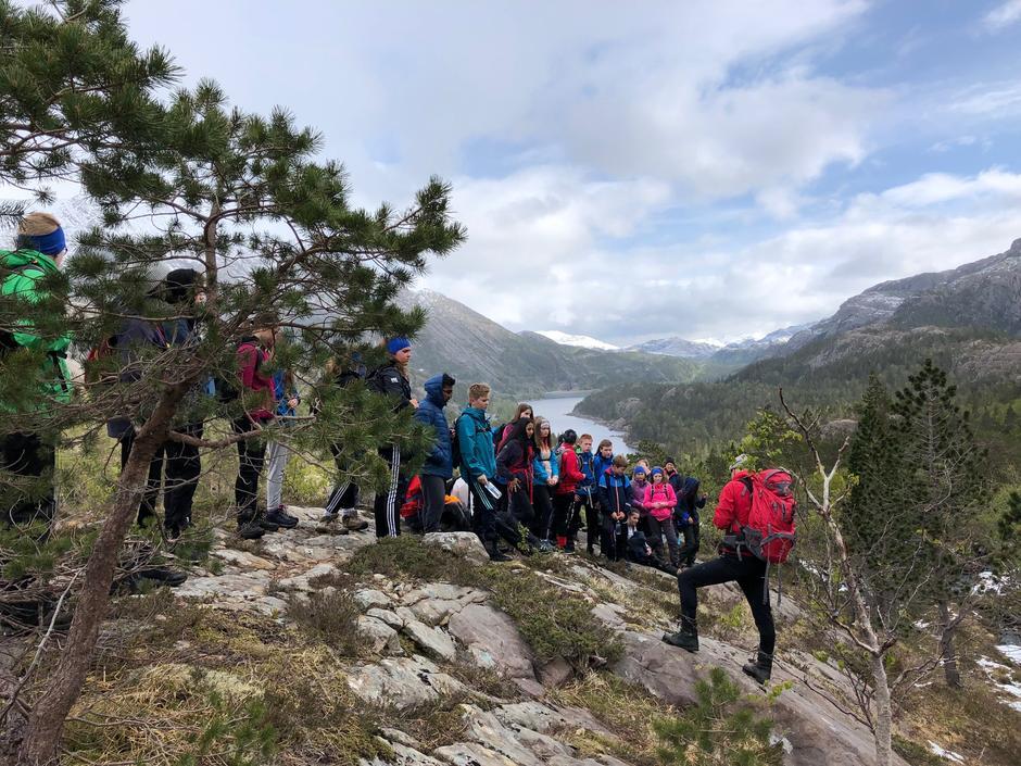 Opptur for 8. klassingane i Bremanger gjekk til turlagshytta Knekkevass og fekk undervegs høyre om naturen og historia for Svelgensamfunnet.