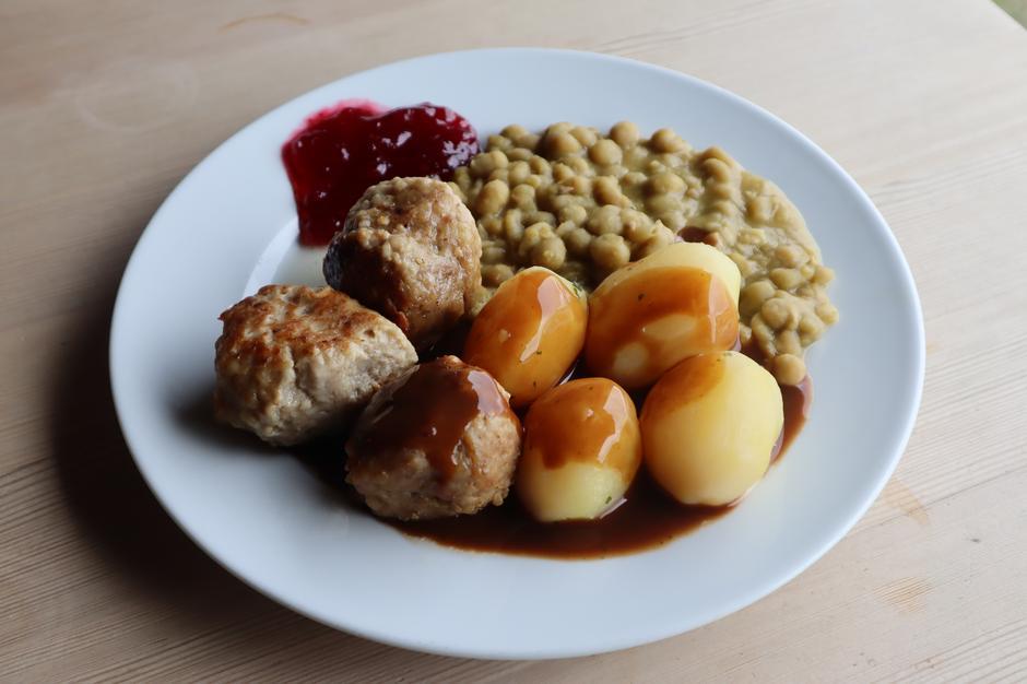 Haukeliseters kjøttkaker med ertestuing, poteter og brun saus (165,-)