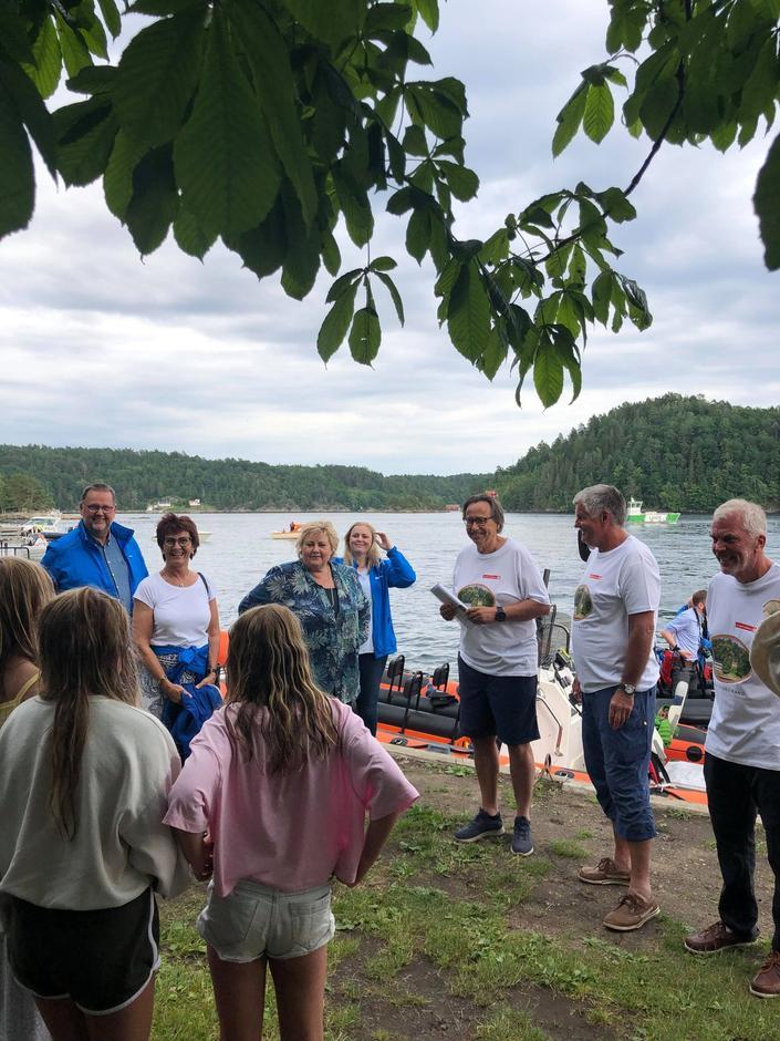 Statsministeren med følge ønskes velkommen av lederne i AAT, Furøyas Venner og Tvedestrand Seilforening.