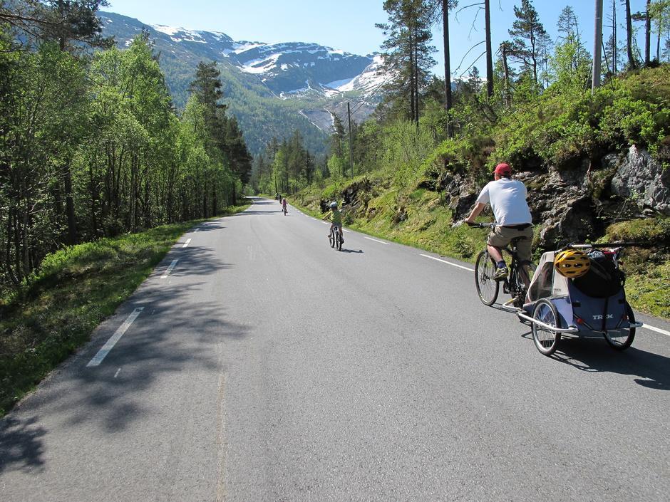 Vakker vei: Mellom stupbratte fjell og ville fossefall går den lite besøkte sykkelruten i Hordaland.