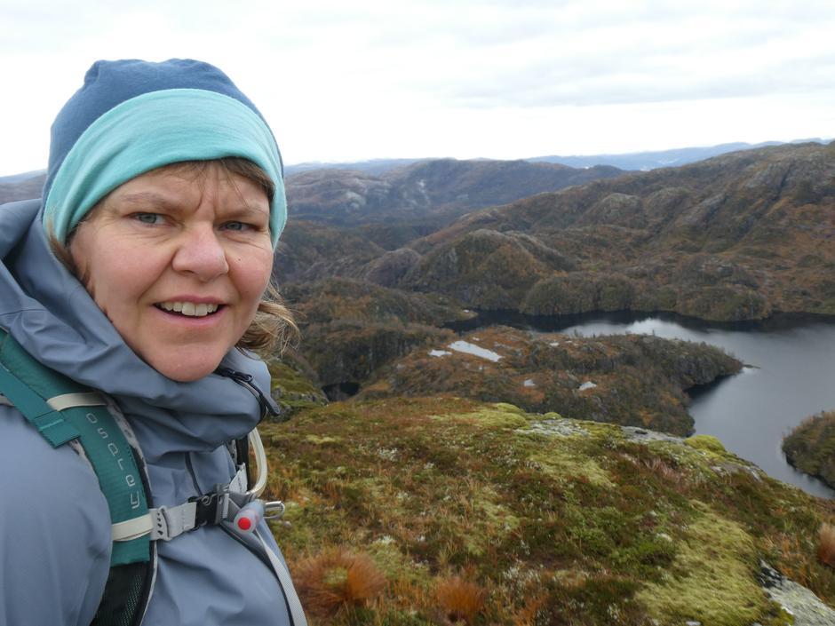 Mykje fint å sjå frå Klefjellet - turdeltakar,  Klefjellesvatnet og Norddalssetra.