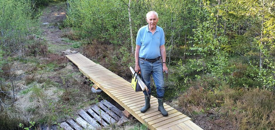 Snekkeren Tore Gustavsen som har lagd kloppa.