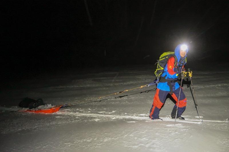 Et batteri på 72 kg finner sin vei til Trollvassbu og sterke Caroline Haug kjører på. Det var 20-50 cm nysnø og god trim med en sånn pulk på slep.
