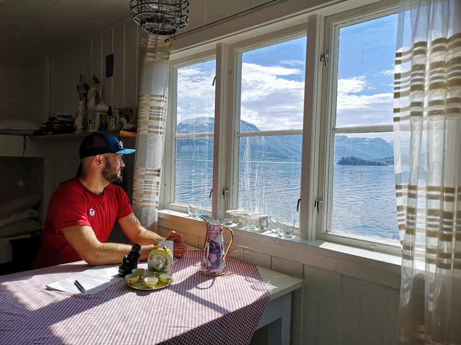 Flott utsikt til fjord og fjell fra hytta.