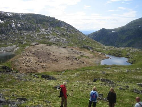 Guida tur til Hjelmkonna. Det er to små vatn her .Toppen av Hjelmkonna opp til venstre.
