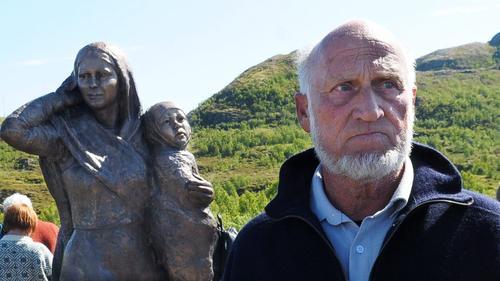 Johannes Rørtveit ved innvielsen av Anna-skulpturen på Flagghaugen. Kunstneren bak skulpturen av Anna og Dorius heter Anne-Kirsti Thoralfdotter Lind.