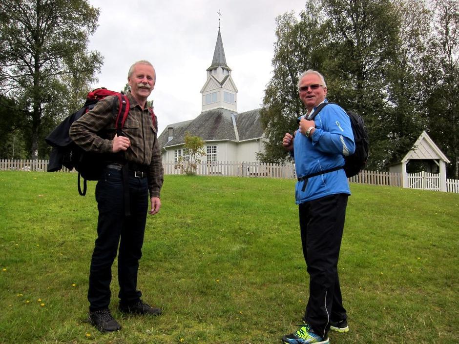 Klare for tur: Carl Philip Weisser (t.v.) og Arnstein Alund klare for fyrste etappe på vandreturen, frå Rogne kyrkje til Skrautvål