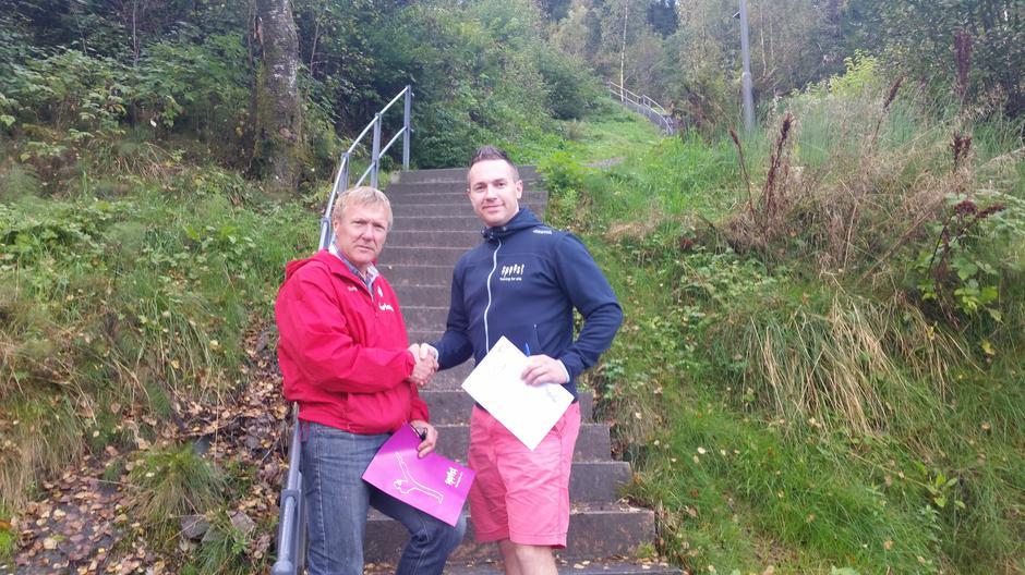 Kjell Arne Hjellbrekke (t.v.), leiar i Indre Sunnfjord Turlag og dagleg leiar hos Spenst, Kent Roger Engdal, gratulerer kvarandre med underskriven bedriftsavtale.