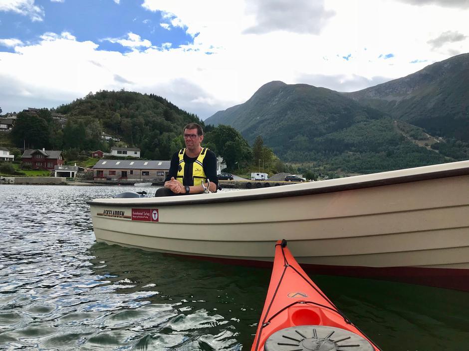 Kvinnherad Energi har sponsa turlaget med midlar til båt og påhengsmotor. Båten kjem vel med under slike arrangement.