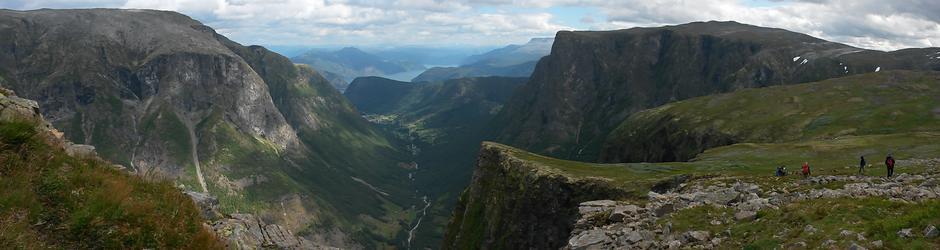 Utsikt mot Skomakarnipa og Fresvik
